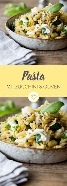 Nudelkringel mit Zucchinistückchen, Mozzarella und würzigen Oliven sind genau das Richtige bei großem Pastahunger. Aufgabeln und losmümmeln.
