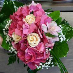 Maanantaina onnittelimme Maaritia  On #monday  we congratulated #Maarit  #kukat #blommor #flowers #ruusut #roses #hortensia #hydrangea #kukkakimppu  #boutique #flowerlovers #flowerofinstagram #kukkakauppa  #flowershop #naistenviikko #kotka #suomi #finland