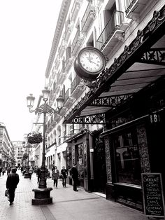 Un estampa de Zaragoza, mi ciudad que nos traslada años atrás, pero sacada hoy mismo, el placer de pasear por la calle Alfonso, llena de vida.