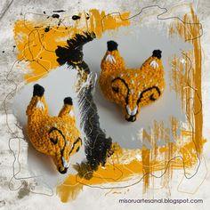 Broche amigurumi con cabeza de zorro.