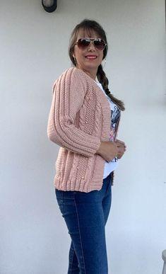 Cardigan Rose com Pérolas Cardigan Rosa, Knit Cardigan Pattern, Pullover, Knitting, Womens Fashion, Sweaters, Style, Cardigan Outfits, Crochet Vest Pattern