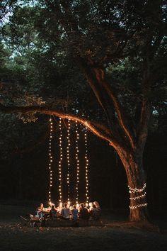 Sommerparty im Garten. Lichterkette erzeugt eine schöne Stimmung.