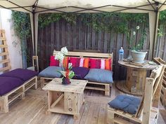 Attractive Outdoor Pallet Furniture Plans: If you need outdoor space furniture then make it from wooden pallets. Wooden pallets are so undemanding to work with if you are a DIY expert. Pallet Furniture Plans, Deck Furniture, Upcycled Furniture, Outdoor Furniture Sets, Furniture Ideas, Furniture Stores, Wooden Furniture, Cable Spool Tables, Wooden Cable Spools