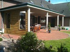 -14- Landelijke klassieke houten veranda terrasoverkapping bouwen aan huis met plat dak en lichtkoepel van lariks douglas of eikenhout. bouwpakket zelfbouw.