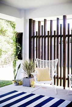 It's great to have wonderful backyard. But sometimes, you need your own privacy. an outdoor privacy screen. You can build your own DIY privacy screen. Cheap Privacy Fence, Privacy Fence Designs, Privacy Screen Outdoor, Privacy Wall On Deck, Outdoor Decorative Screens, Deck Privacy Screens, Timber Screens, Outdoor Spaces, Outdoor Living