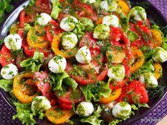 Pomidory. Lunch. Dressing. Sałatka z pomidorów, z mozarellą i sosem koperkowym. | Smaczna Pyza Skinny Recipes, Brownie Recipes, Caprese Salad, Tasty Dishes, Lunch, Grilling, Food And Drink, Appetizers, Menu