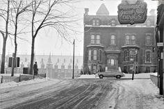 À la gauche, le Manège Militaire de Québec, le chef-lieu du Régiment des Voltigeurs de Québec, maintenant le musée des Voltigeurs. La Place Georges V est en face du Manège. Rue D'artigny et Grande-Allée à Québec