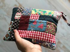 Some more lovely drawstring bags made with vintage kantha quilt scraps. Fabric Crafts, Sewing Crafts, Sewing Projects, Patchwork Bags, Quilted Bag, Recycle Old Clothes, Craft Bags, Japanese Embroidery, Denim Bag