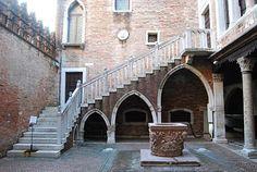 Il cortile della Ca' d'Oro è un mirabile esempio di architettura gotica a Venezia.