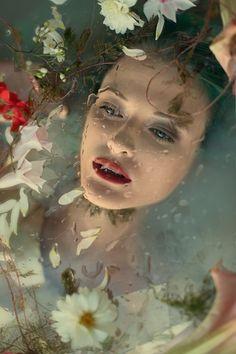 mua: Agnieszka Szumska / Vanity Overdose Makeup photo: Voodica Photography designer, assist: Przemek Sygurd Janikowski video: Michał Baczyński przeszkadzacz: إلونة سارة كافكا