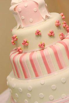 Google Image Result for http://cdn1.stbm.it/pianetadonna/gallery/foto_gallery/cucina/torte-nuziali-belle-decorate-pasta-di-zucchero/torta-bianca-e-rosa.jpeg%3F-3600