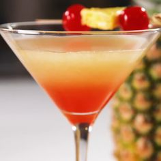 Tonic Cocktails, Easy Cocktails, Cocktail Drinks, Tropical Alcoholic Drinks, Bacardi Drinks, Bar Drinks, Spring Cocktails, How To Make Cocktails, Banana Cocktails