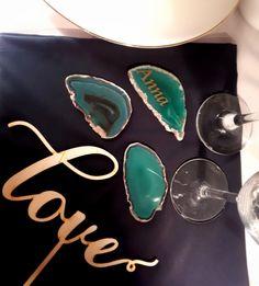 Lazurowe winietki na plastrach szlifowanego Agatu. Zakochaliśmy się w tym kolorze.   Wedding place card on Agat mineral. Gemstone Rings, Gemstones, Jewelry, Jewlery, Gems, Jewerly, Schmuck, Jewels, Jewelery