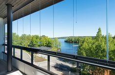 Näkymiä Pyhäjärvelle parvekkeelta Härmälänrannassa. / Lakeside view from a balcony in Härmälänranta.
