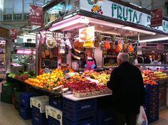 Mercat Central de Valencia es un plaza de muchas comidas para comprar. Valencia tiene comida buena y diferentes.