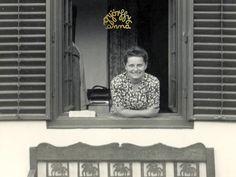 F. Györffy Anna grafikusművész szentendrei otthonának ablakában.