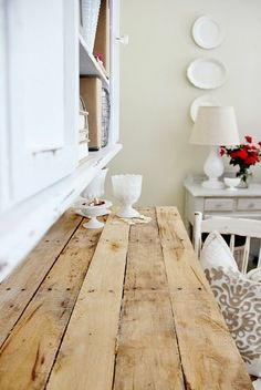 DIY desk/table out of a pallet and some old table legs. This one looks great.