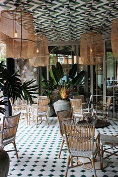 Atrevida terraza interior-exterior de diseño tropical: Perrachica, en Madrid