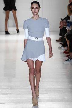 grå kjole + lang hvit t-skjorte