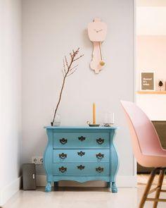 Combo Design is officieel dealer van Kloq collectie ✓Kloq wand klokken makkelijk te bestellen ✓ Verschillende varianten verkrijgbaar ✓ 1-3 werkdagen levertijd ✓ Work Surface, Modern Kitchen Design, Dresser As Nightstand, Stuff To Do, Pastel, Simple, Table, Furniture, Home Decor