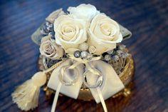 アンティークな雰囲気の器に魅力的な色のローズプリザアートをあしらった手作りリングピロー。ライツ 〜reiz 〜 魅力…プリザーブドフラワーを沢山使った豪華で魅力的なリングピロー。生花のような美しさが指輪を引き立ててくれそうです♪アンティー