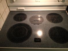 How to Clean a Flat Top Stove: Sprinkle evenly with Baking Soda, drizzle all over with blue Dawn dish detergent, lay two wet towels over top of stove to soak it for 15 minutes, then scrub it with wet wash cloth until the paste is gritty. Cleaning Solutions, Cleaning Hacks, Cleaning Wipes, Cleaning Products, Casa Clean, Clean House, Flat Top Stove, Dawn Dish Soap, Dish Detergent