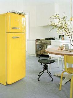 화이트톤의 주방과 곳곳에 노랑으로 포인트