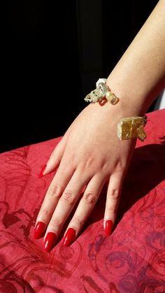 Ecco un altro braccialetto alternativo, realizzato in resina e uncinetto.