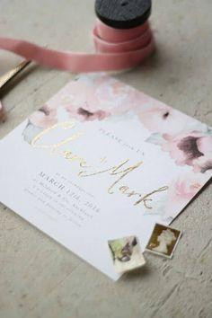 Delicada invitación con motivo floral en tonos pastel y letras caligrafiadas en dorado para la feliz pareja. Just My Type Stationery.
