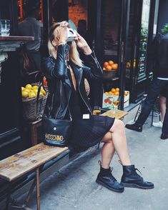 Doc Martens have been in style for almost 60 years, discover what made them so popular. We also discuss how to wear them in style! Dr. Martens, White Doc Martens, Dr Martens Boots, Dr Martens Style, Dr Martens Outfit, Look Fashion, Fashion Outfits, Winter Fashion, Womens Fashion
