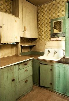 Awesome Rustic Kitchen Style Ideas For Comfortable Old Kitchen – Page 5 – Home Decor Ideas Country Kitchen Cabinets, Primitive Kitchen, Old Kitchen, Rustic Kitchen, Vintage Kitchen, Kitchen Decor, Rustic Cabinets, 1920s Kitchen, Funky Kitchen