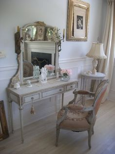 i LOVE the incorporation of victorian and turn of the 19th century pieces in modern rooms.....