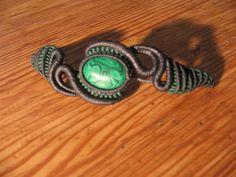 Bracelet type macramé constitué d'une pierre semi précieuses malachite et d'un tissage de couleurs gris foncé et vert. Matière qui résiste a l'eau et qui dure dans le temps. - 19515008