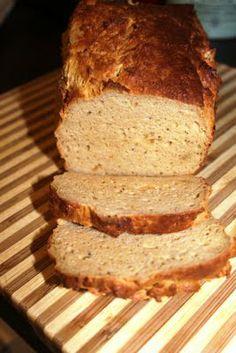 Rezept aus der Kommentar-Sektion: 200g Magerquark, 4 Eier, 20g Weinstein-Backpulver, Salz, 20g gemahlener Flohsamenschalen (muss hell sein), 100g Leinsamen geschrotet (am besten hellen), 50g Hanfsamen geschält (evtl. gehen auch einfach andere Körner). Alles zusammenrühren, in eine Kastenform, am besten aus Silikon, füllen und bei 150°C ca. 50 min backen oder so lange, bis das Brot leicht goldbraun ist. Dann vorsichtig stürzen und eine Weile in den abkühlenden Backofen stellen.