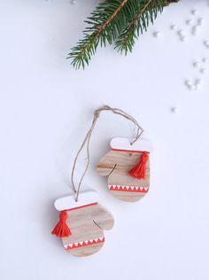 """Décoration """"Moufles du Père Noël"""" en bois"""