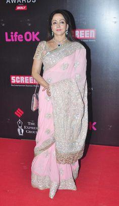 Image from http://data1.ibtimes.co.in/en/full/556278/21st-life-ok-screen-awards-deepika-padukone-priyanka-chopra-shahid-kapoor-other-stars-walk-red.jpg.