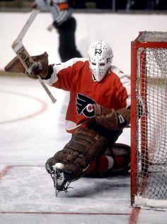 Bernie Parent, Philadelphia Flyers, one of the best goalies of all time Flyers Hockey, Ice Hockey Teams, Hockey Goalie, Hockey Games, Hockey Players, Flyers Players, Rangers Hockey, Hockey Stuff, Hockey Mom