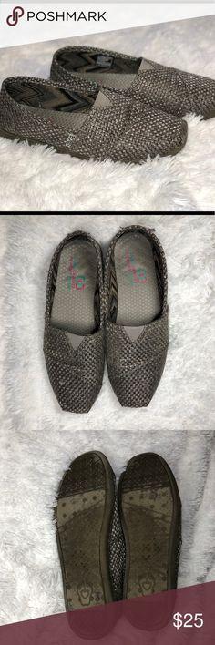 BOBS Metallic Flats 9.5. Almost a silver metallic look. Light wear but in good shape! Dual density memory foam BOBS Shoes Flats & Loafers