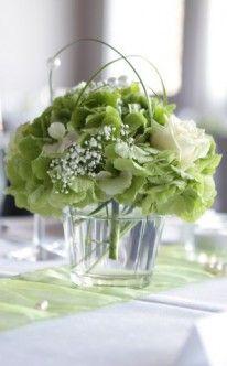Dezente Tischdekoration in Grün und Weiß                              …