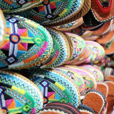 Grâce à Ahmed, trouvez babouche à votre pied !  Les babouches d'Ahmed sont pensés et développés en France et fabriqués au Maroc. Il propose également des bijoux et accessoires pour homme et femme.   Son site web : http://www.babmode.com/  Babouche / bijoux / Maroc / sandales / mode / fait main / cuir / broderies