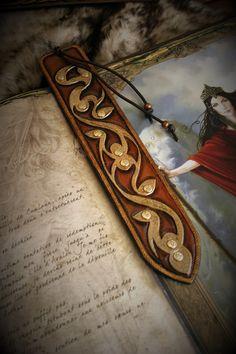 Marque-page signet en cuir repoussé antique préceltique : Marque-pages par margaery