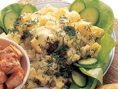 Herkulliset, uusista perunoista valmistettavat kermaperunat maistuvat salaatin ja paistettujen lohikuutioiden kanssa.