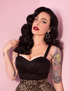 Maneater Top in Black Vixen by Micheline Pitt is part of Vintage hairstyles This is the ultimate bust defining top, with padded cups and adjustable straps! Made of a heavy weight cotton stretch sat - Looks Rockabilly, Rockabilly Pin Up, Rockabilly Fashion, Retro Fashion, Vintage Fashion, Pin Up Fashion, Rockabilly Makeup, Estilo Pin Up, Cabello Pin Up