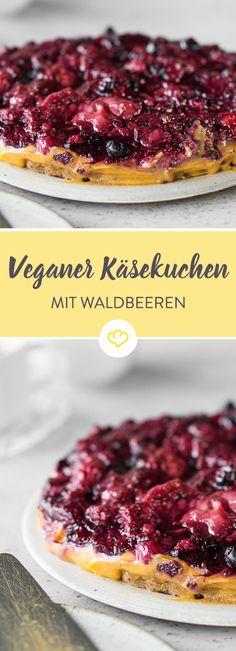Bei dieser Käsekuchen-Variante sucht man Käse zwar vergebens, bekommt dafür aber eine köstliche Mischung aus Pudding, Keks und Obstkompottt.