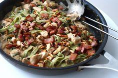 Frisk pastaret med svampe, hvidløg, kylling og bacon (Recipe in Danish)