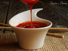 La salsa agrodolce cinese è una morbida crema rossa che si prepara con pochi semplici ingredienti e senza alcuna difficoltà.