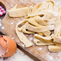 Mehr Rezepte in der App Low Carb Nudeln Zutaten (4 Portionen) - 3 Eier - 50g Mandelmehl - 80g Sojamehl - 80g Gluten - 2 Esslöffel Wasser - 1 Esslöffel Olivenöl - 1 Teelöffel Salz Zubereitung Die Eier in eine Schüssel aufschlagen und das Wasser Olivenöl und salz hinzugeben und vermischen. Die restlichen Zutaten hinzugeben und nochmals alles gut miteinander zu einem Teig verkneten. Die Masse auf der Arbeitsfläche (mit etwas Mandelmehl bestäubt) nochmals gut durchkneten und ausrollen. Aus dem…