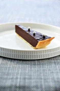 Chocoladeganache-taart met zanddeeg