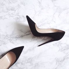 Workout Motivation: so I can last all in stilettos! Jokes aside how amazing is this tile? I love a clean sleek look! Black Stiletto Heels, Black Stilettos, High Heels, Pointed Heels, Zapatos Shoes, Shoes Heels, Shoes Sneakers, Sneakers Adidas, Pink Shoes