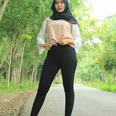 Beautiful Girl Indian, Beautiful Hijab, Beautiful Ladies, Muslim Girls, Muslim Women, Hijab Jeans, Indonesian Girls, Hijab Chic, Girl Hijab